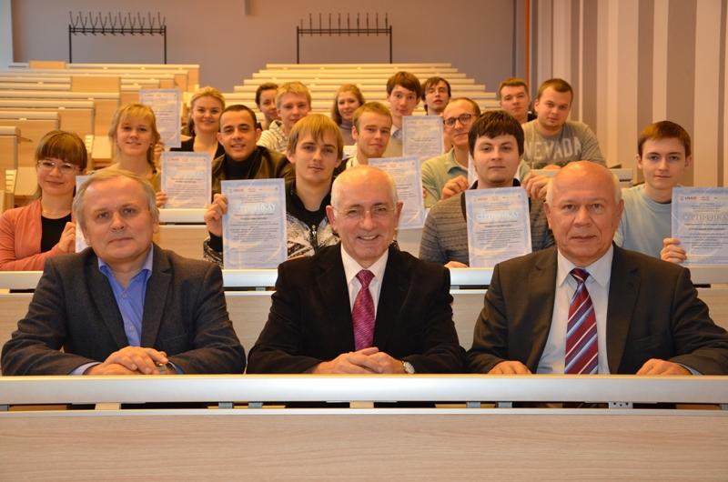 Группа сертифицированных студентов во главе с руководством проекта