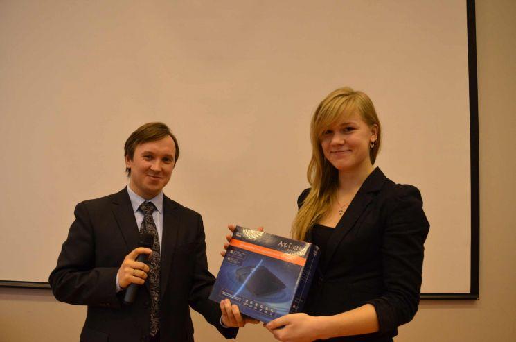 Эксперт по вопросам ИТ-образования Академии Cisco в России Овсянников С.В. вручает подарок лучшей студентке группы ИСТ-91